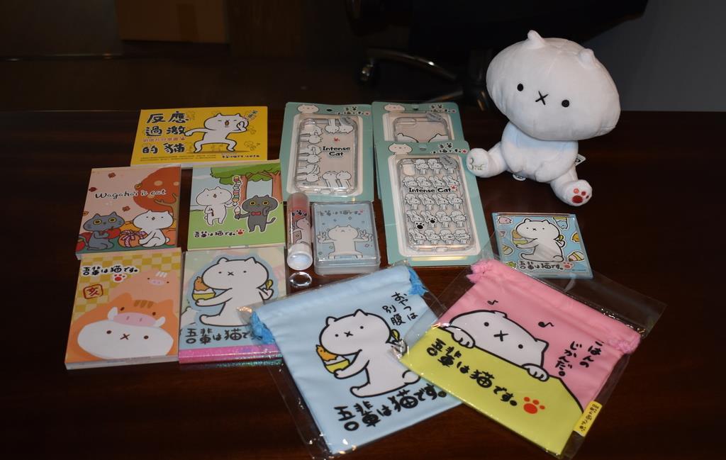 台湾で販売されている「吾輩は猫です。」のグッズの一部=鳥取県米子市