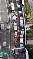 大阪の名神高速で3台絡む追突事故 男性1人けが