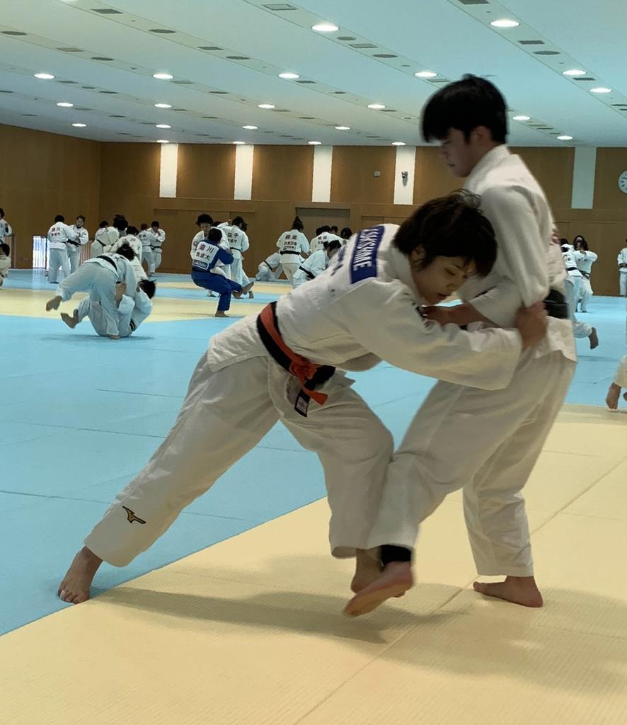 精力的に動く女子52キロ級の志々目=東京都北区の味の素ナショナルトレーニングセンター