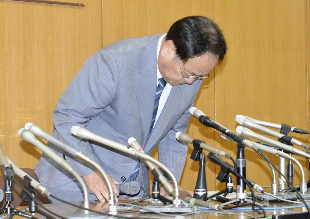 記者会見で謝罪する埼玉県幸手市の渡辺邦夫市長=9日午後、幸手市役所