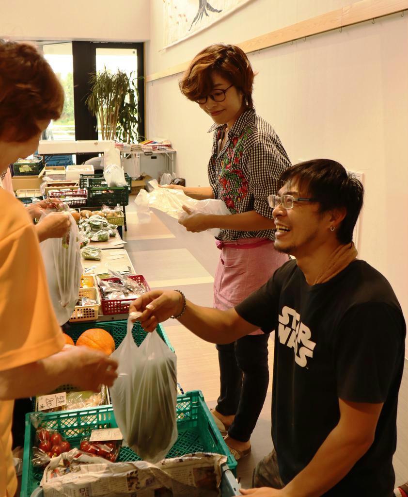 畑で取れた新鮮な野菜を売る加古武志さん(手前)と雅子さん夫妻=名古屋市緑区の南医療生活協同組合「よってって横丁」(佐藤好美撮影)
