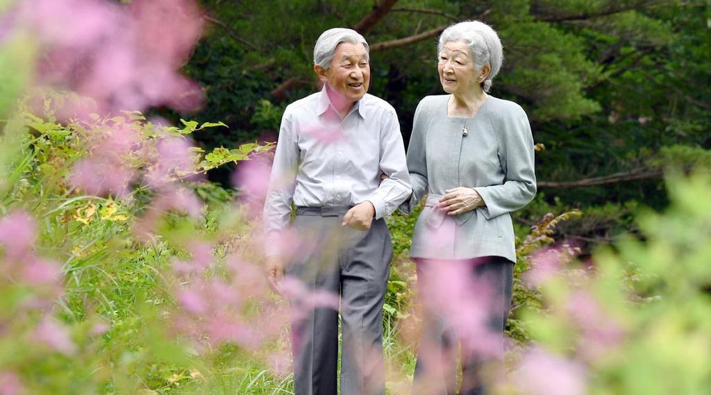 那須御用邸の嚶鳴亭周辺を散策される上皇ご夫妻(手前ピンクの花はアカバナシモツケ)=7月25日午前、栃木県那須町(代表撮影)
