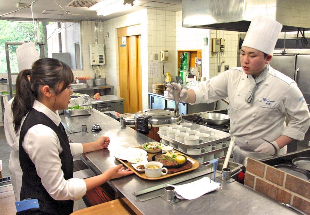 那須りんどう湖レイクビューにオープンした学生レストラン。仕込みから調理、接客まで学生たちが行う=那須町高久丙