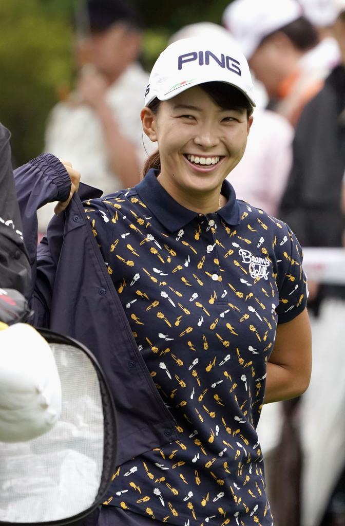 女子ゴルフの北海道meijiカップ第1ラウンド、笑顔でスタートする渋野日向子=9日、北海道北広島市の札幌国際CC
