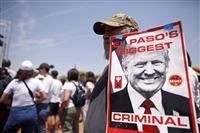 米銃乱射、現地訪問のトランプ氏に抗議「憎悪広げた」