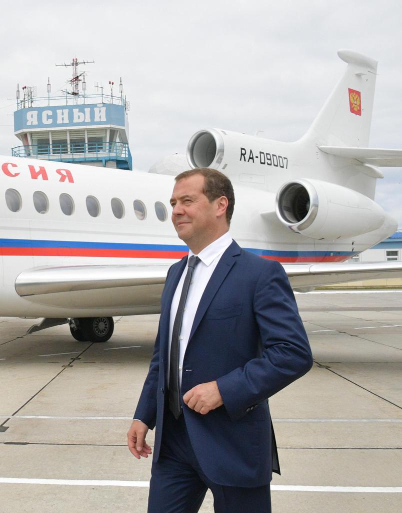 2日、択捉島の空港を訪れるロシアのメドベージェフ首相(タス=共同)