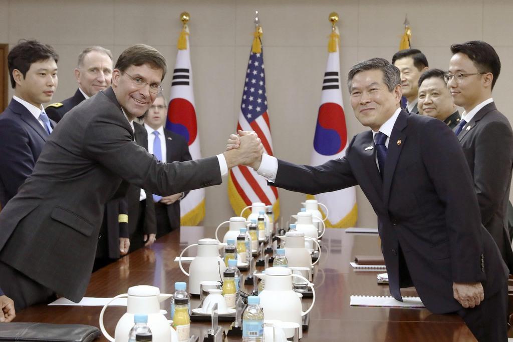 会談を前に握手するエスパー米国防長官(手前左)と韓国の鄭景斗国防相(同右)=9日、ソウル(共同)