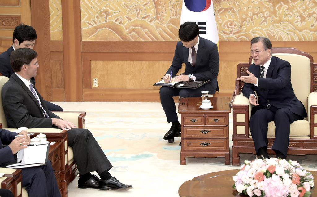 会談するエスパー米国防長官(左)と韓国の文在寅大統領=9日、韓国・青瓦台(AP)