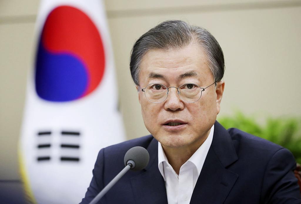 8月5日、ソウルの韓国大統領府の会議で発言する文在寅大統領(同府提供・共同)