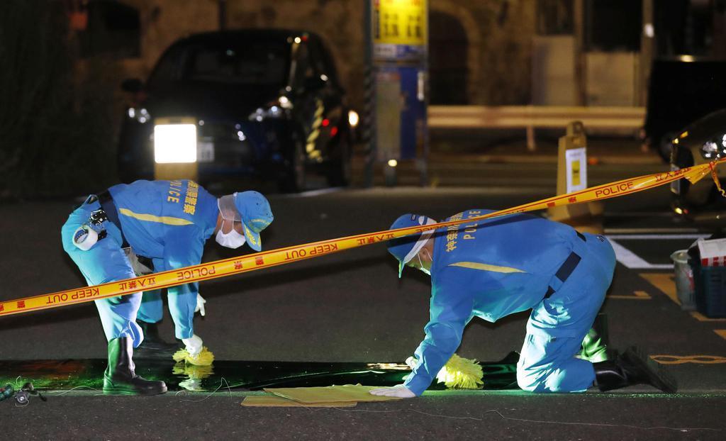 男性が刃物で切りつけられた事件の現場付近を調べる捜査員=9日午後10時22分、横浜市南区