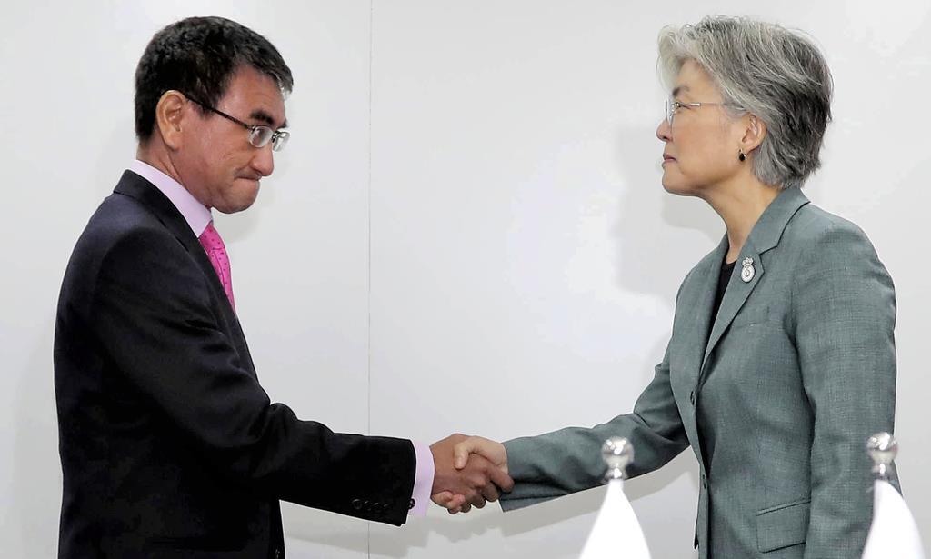 会談前に韓国の康京和外相(右)と握手する河野太郎外相=1日、バンコク(AP)