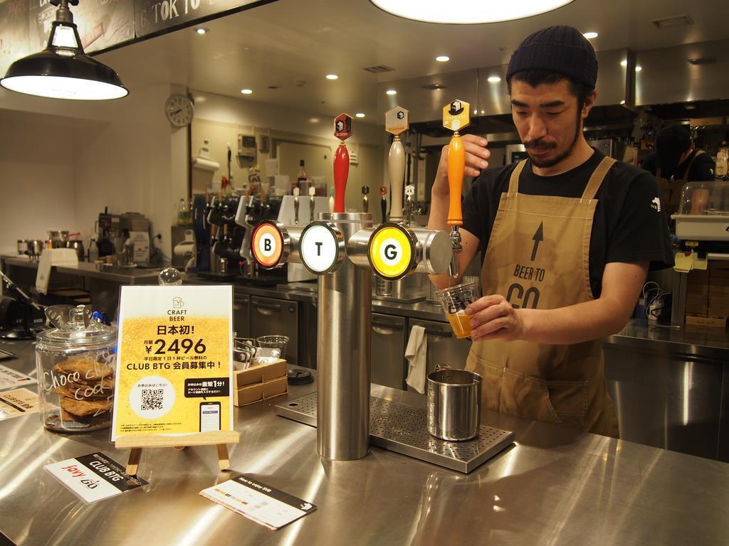 クラフトビールの定額制サービスを実施するキリンビールの子会社が運営するビアバー「BEER TO GO」、月額2496円で利用できる=6月26日、東京都中央区(村田直哉撮影)