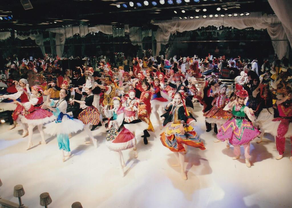 各国の民族衣装が美しい「ブランデンブルク協奏曲」(c)A・I