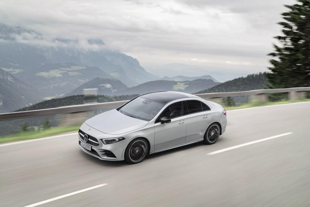 駆動方式はFFおよび4WDが選べる。? Daimler AG - Global Communications Mercedes-Benz Cars