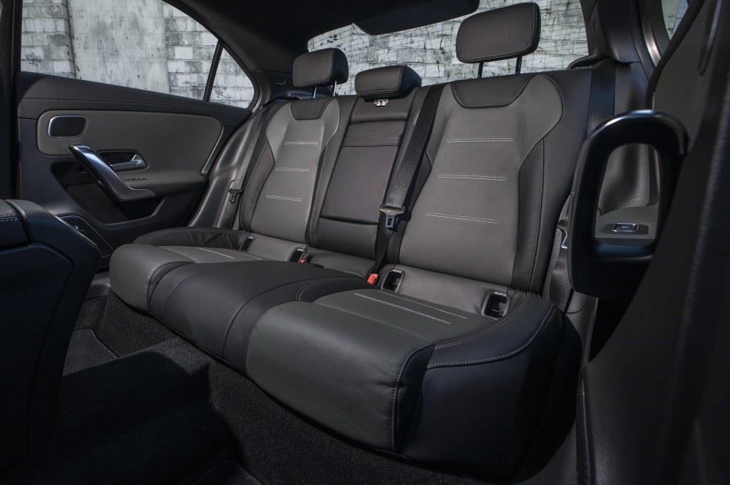 リアシートはセンターアムレスト付き。おとなふたりがくつろげるスペースを確保する。? Daimler AG - Global Communications Mercedes-Benz Cars photo by Mike Schaffer on behalf of Daimler AG