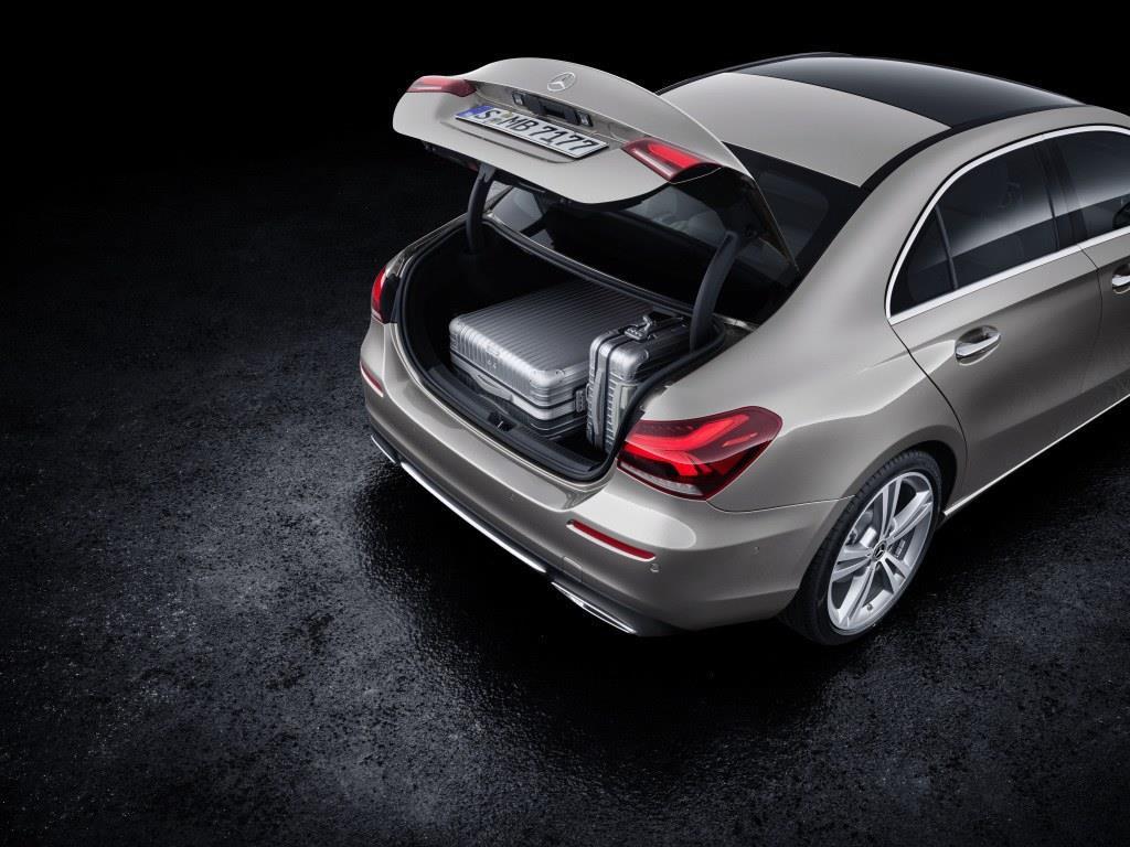 ラゲッジルーム容量は420リッター(通常時)。なお、リアシートのバックレストは40:20:40の分割可倒式で、使い勝手を高めている。? Daimler AG - Global Communications Mercedes-Benz Cars