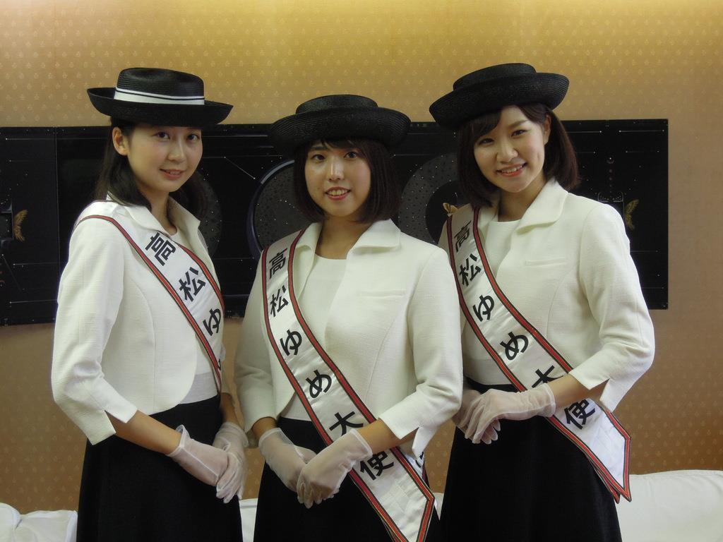 高松ゆめ大使に選ばれた(左から)苛原奈央さん、城あすかさん、広瀬彩名さん=高松市役所(吉田智香撮影)