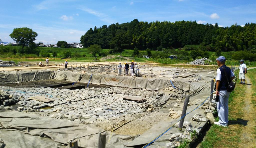 早くも考古学ファンらが訪れた飛鳥京跡苑池の発掘現場=明日香村