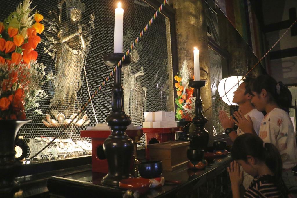 本堂に入ってお詣りする参拝者たち=京都市東山区(田中幸美撮影)