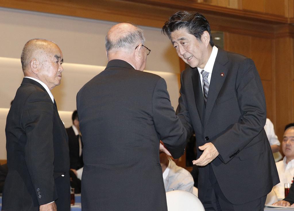 被爆者団体の代表との面会を終え、握手を交わす安倍首相(右)=9日午後、長崎市