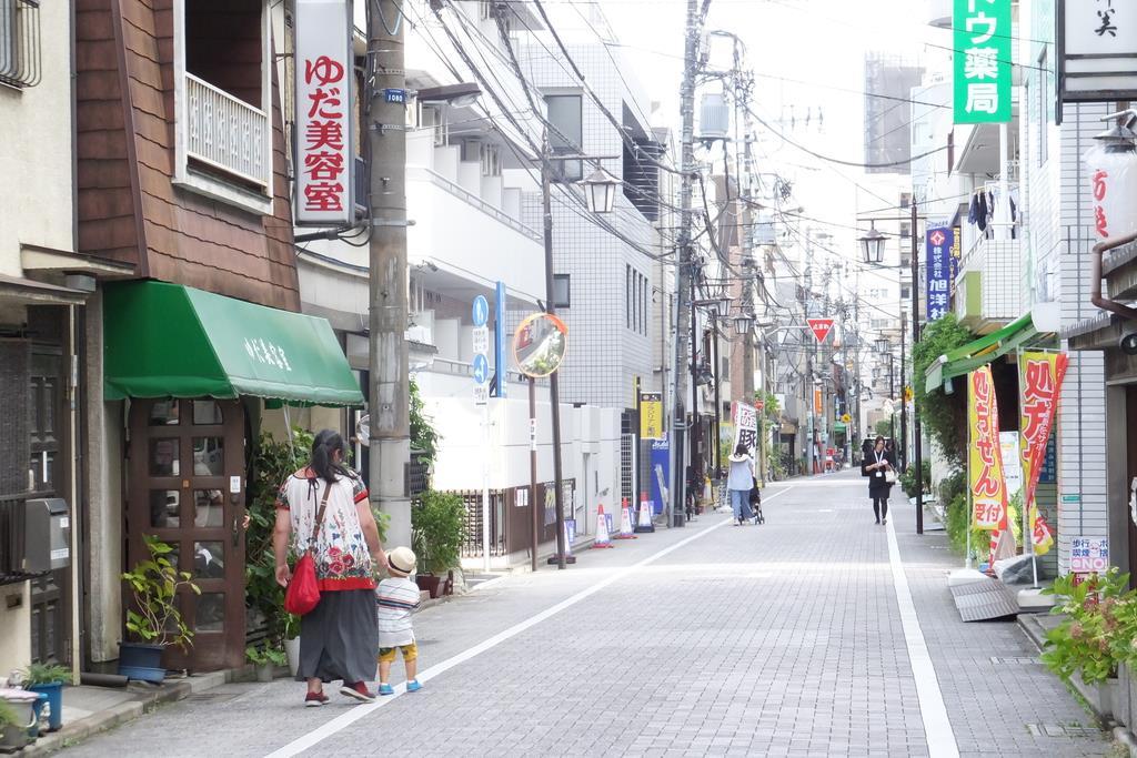 「どんぶり豚三」が立地するレトロな商店街。アナログな個人商店にもモバイルオーダーの波が来ている=東京都文京区