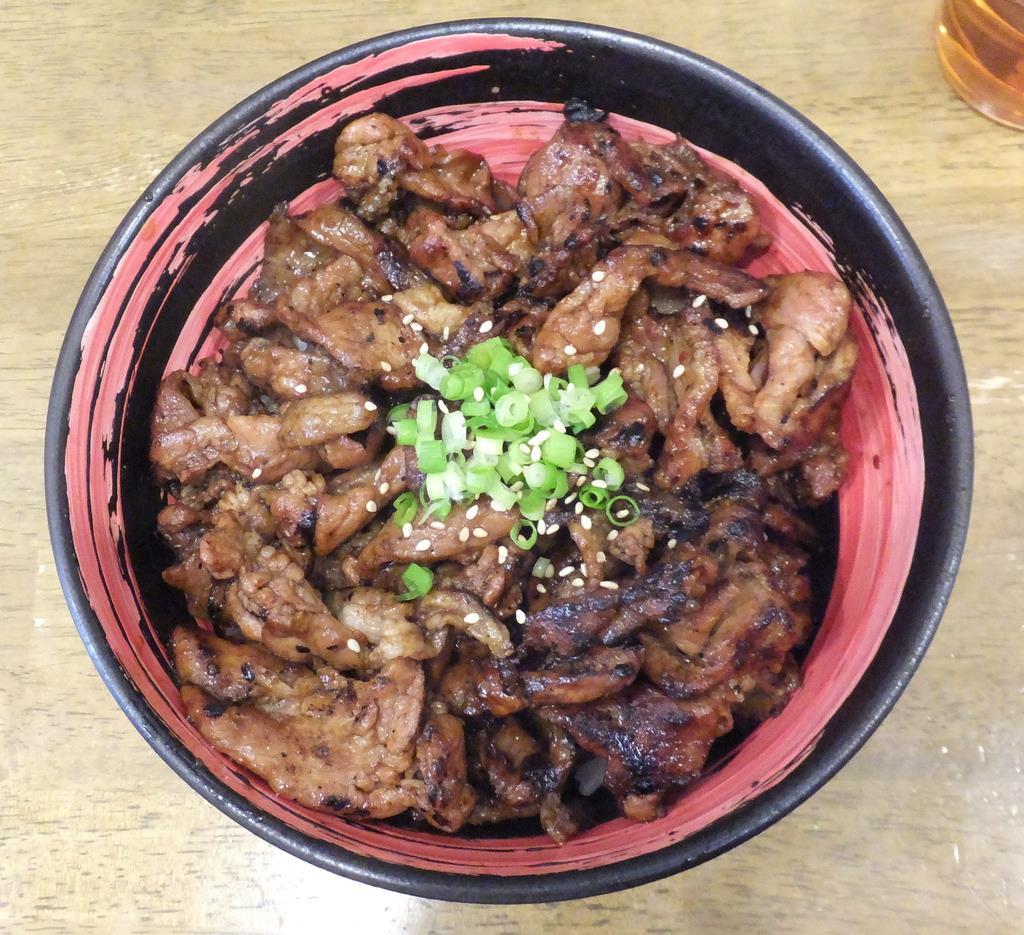 モバイルオーダー導入により、テークアウト注文が増えている「豚丼」=東京都文京区の「どんぶり豚三」