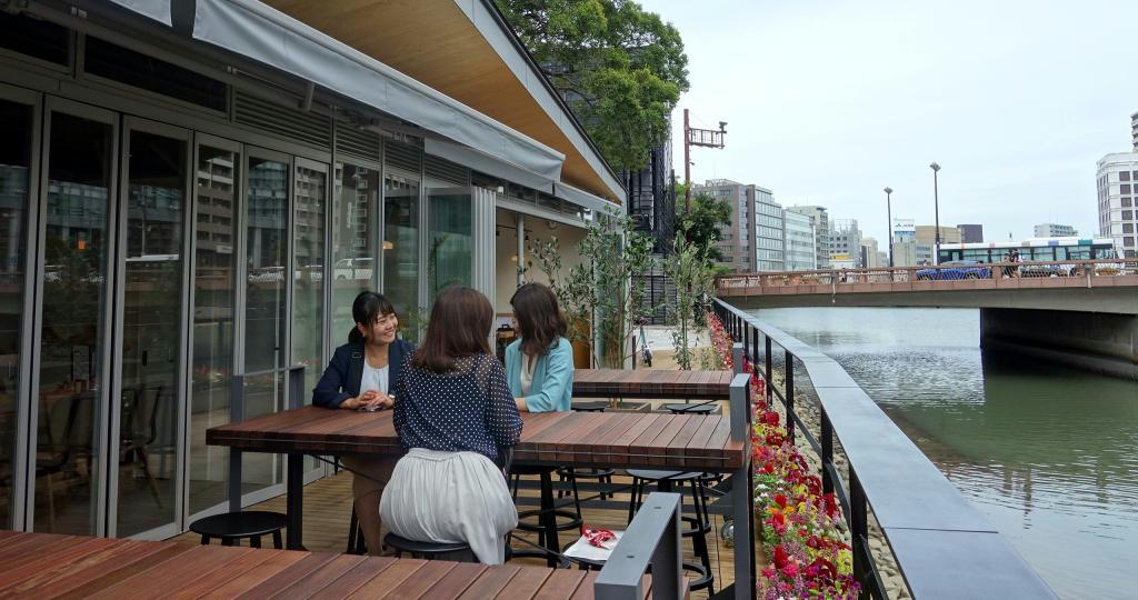 天神中央公園に開業した飲食施設。水辺で食事を楽しめる