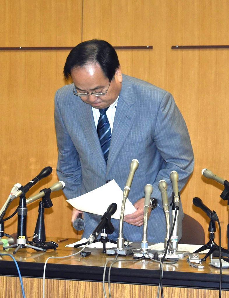 頭を下げて謝罪する幸手市の渡辺邦夫市長=9日、市役所(内田優作撮影)