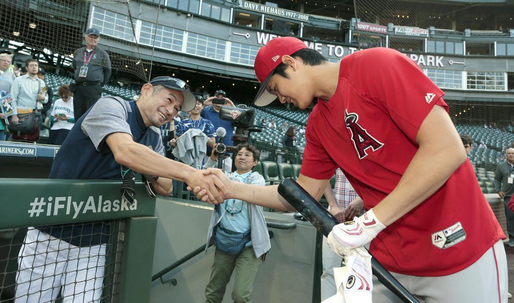 7月19日の試合前、イチローさん(左)は挨拶に来たエンゼルス・大谷と握手を交わした(共同)