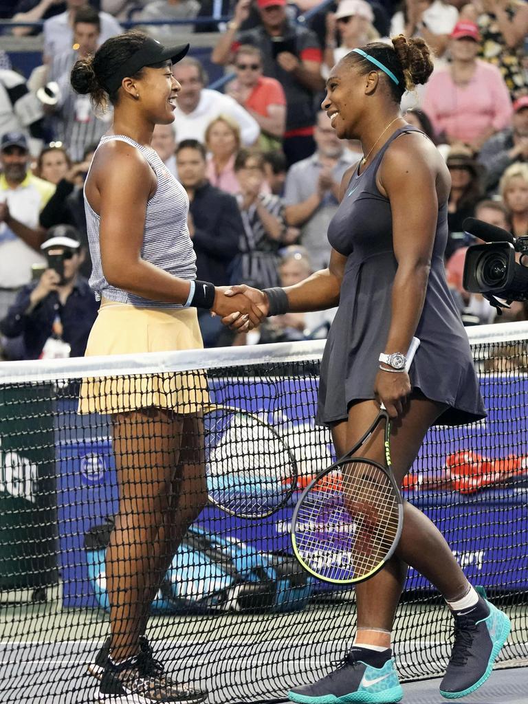 女子シングルス準々決勝の試合を終え、セリーナ・ウィリアムズ(右)と握手する大坂なおみ=トロント(USA TODAY=ロイター)