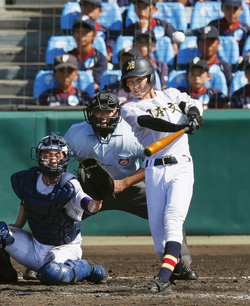 4回表日本文理1死一塁、長坂が左越えに適時二塁打を放つ。捕手野口=甲子園