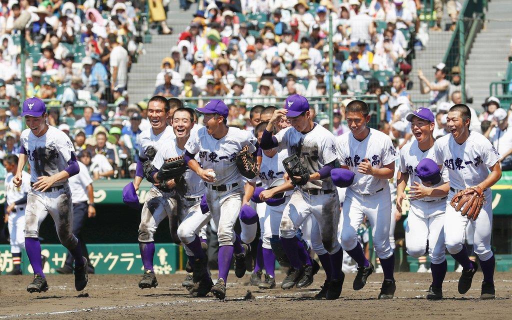 日本文理を破り、応援席へ駆けだす関東第一ナイン=甲子園