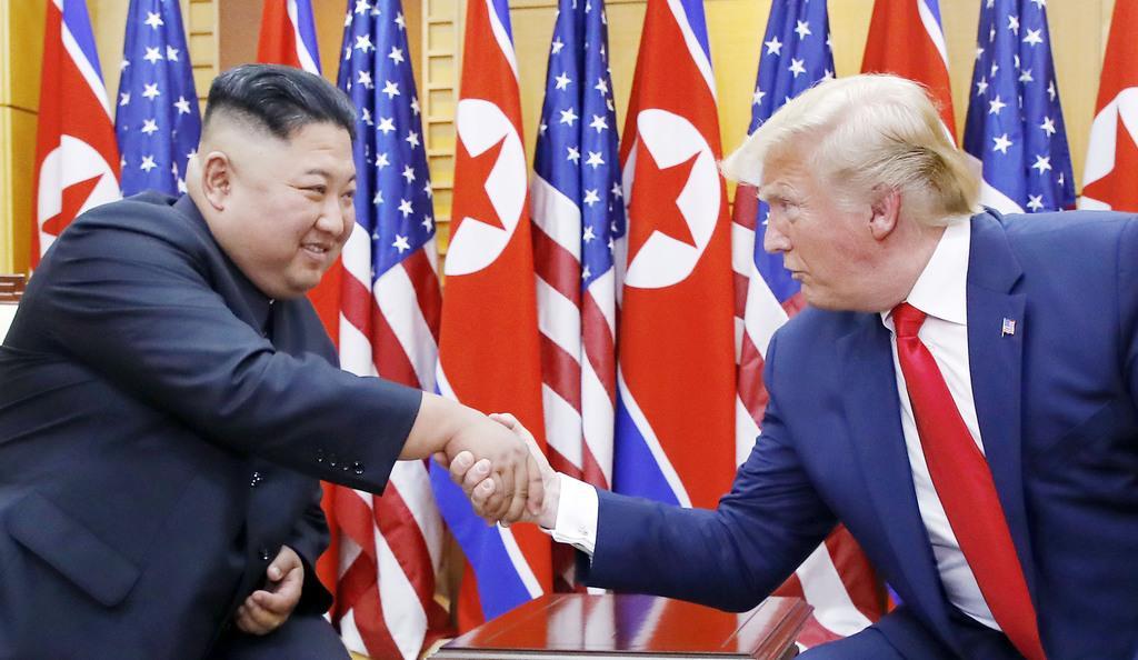 6月、板門店の韓国側施設で握手する北朝鮮の金正恩朝鮮労働党委員長(左)とトランプ米大統領(聯合=共同)