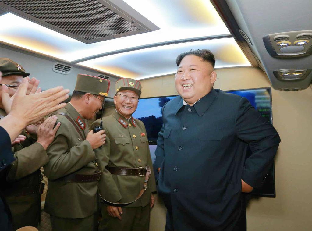 「新型戦術誘導弾」の発射を視察した北朝鮮の金正恩朝鮮労働党委員長(右)。7日付の労働新聞が報じた(コリアメディア提供・共同)