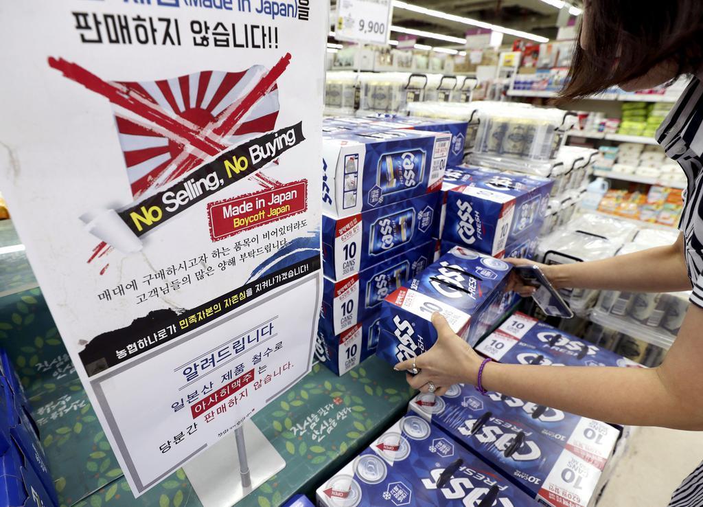 日本製品を販売しないとの案内文を売り場に掲げるスーパー=12日、ソウル(聯合=共同)