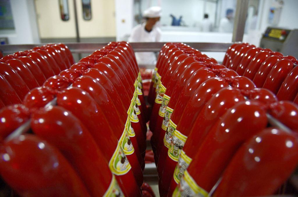 「平壌ダチョウ牧場」の食肉加工場で作られたダチョウ肉のソーセージ=9日、平壌(共同)