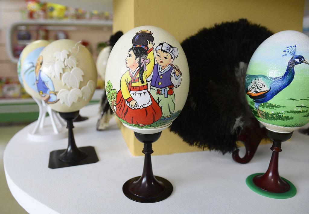 「平壌ダチョウ牧場」に展示されているダチョウの卵に細工を施したオブジェ=9日、平壌(共同)