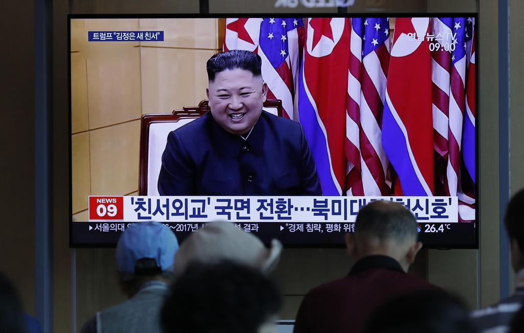 北朝鮮による飛翔体発射のニュースを見る人々=10日、ソウル駅(AP)