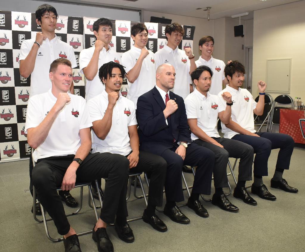 バンビシャス奈良のクリストファー・トーマスHC(前列中央)と選手たち=奈良市