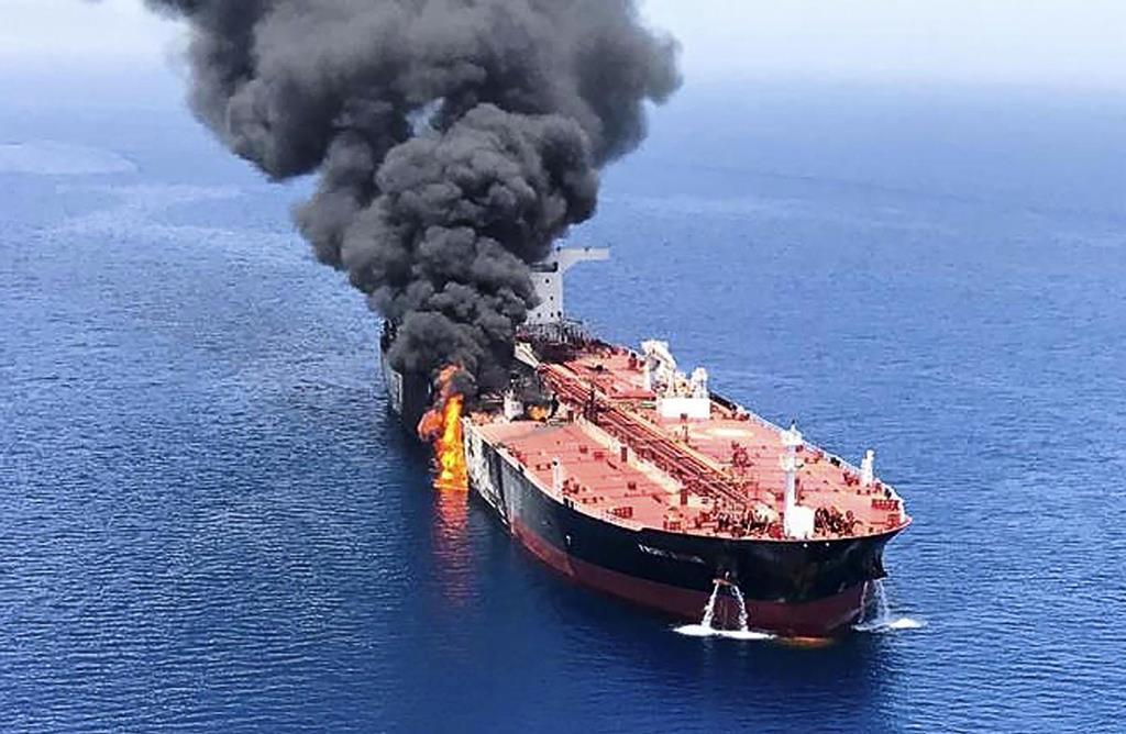6月、ホルムズ海峡付近で攻撃を受けて火災を起こし、オマーン湾で煙を上げるタンカー(AP)
