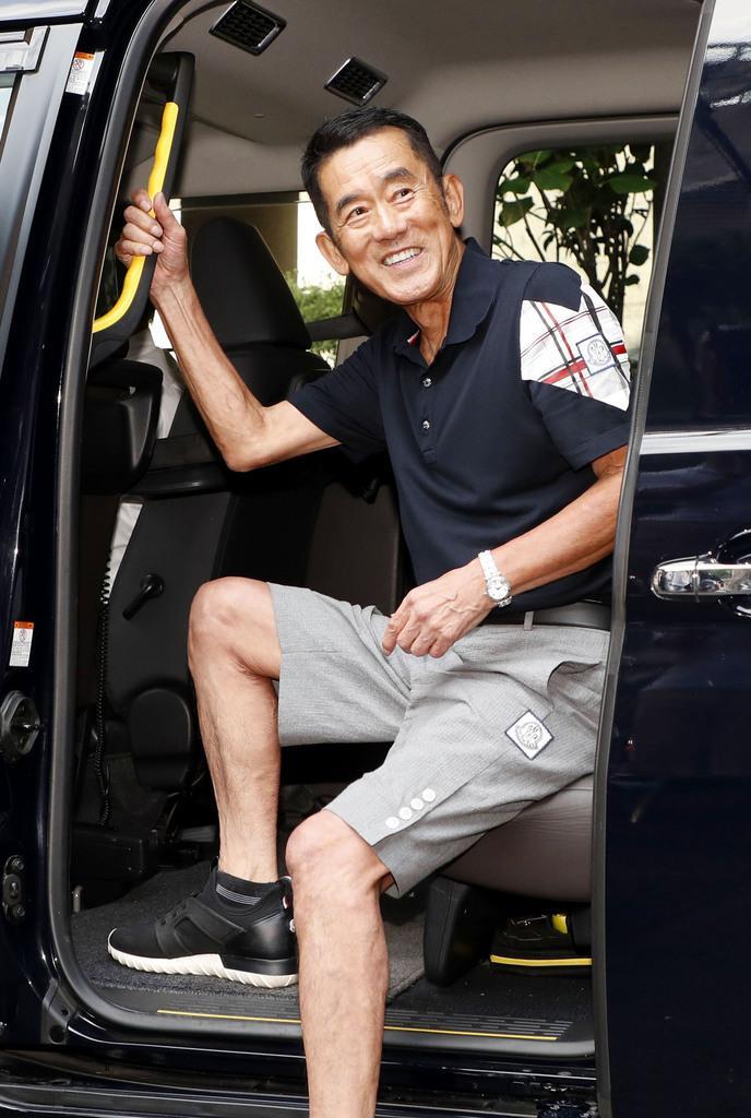 国立演芸場での高座を終え、笑顔で車に乗り込む三遊亭円楽さん=11日午後、東京都千代田区