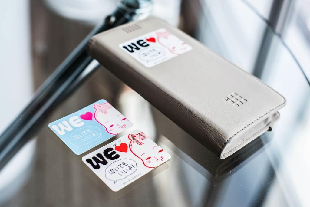 東京都世田谷区が配布を始めた「赤ちゃん泣いてもいいよ」と書かれたステッカー。スマートフォンなどに貼ることのできるサイズになっている(エキサイト提供)