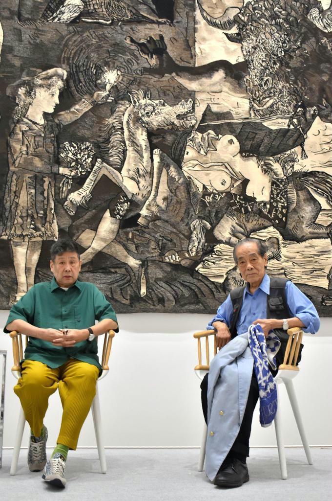 ピカソの作品などについて語る美術家の横尾忠則さん(左)と美術評論家の高階秀爾さん