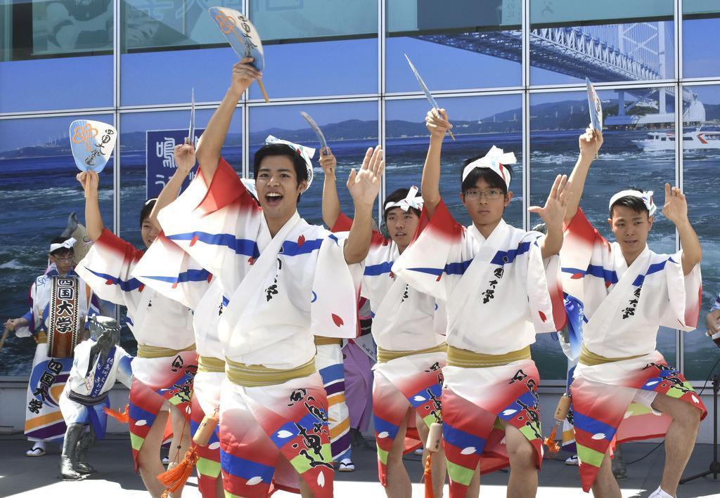 「歓迎阿波おどり」を披露する「四国大学連」の踊り子たち=11日、徳島空港