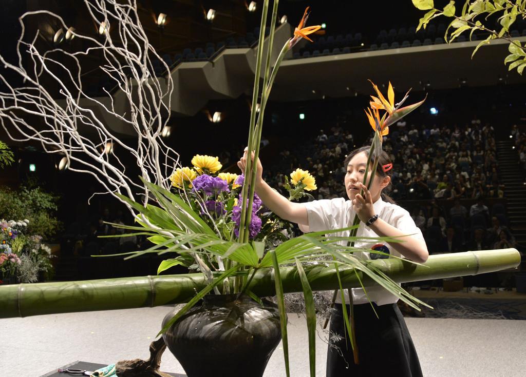 「全国高校生花いけバトル」でテンポよく花を生ける広島市立基町高の今村稀美さん=11日、高松市