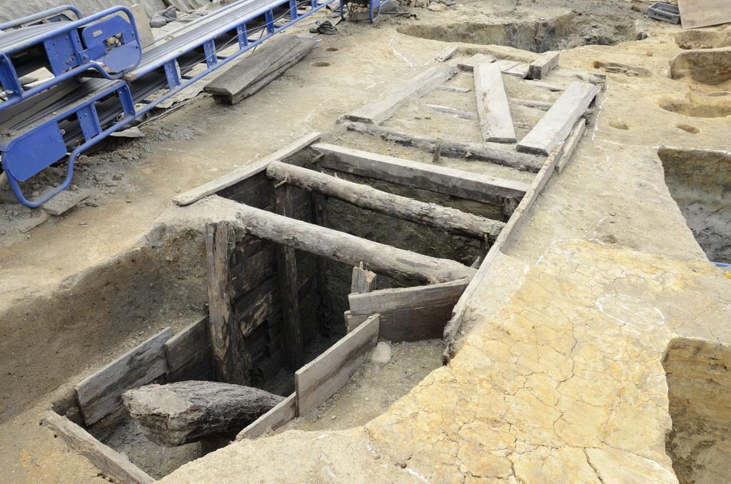 発掘調査で見つかった旧陸軍の防空壕。壁や天井は板材で補強されていた=大阪市中央区(大阪市文化財協会提供)