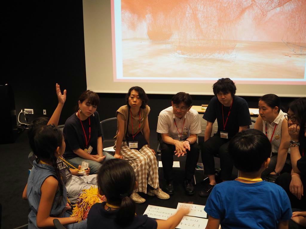 森美術館の展覧会を見学する児童ら参加者=8日、港区の六本木ヒルズ