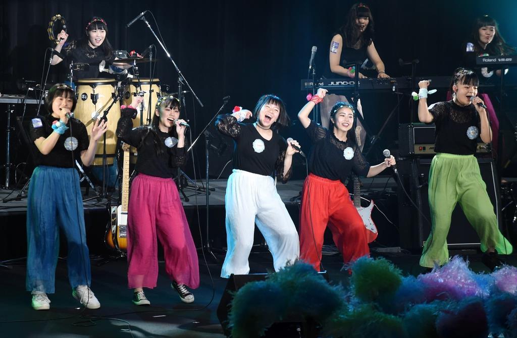 スニーカーエイジ予選会で演奏する堺リベラル高校のメンバー=11日午後、大阪市中央区(須谷友郁撮影)