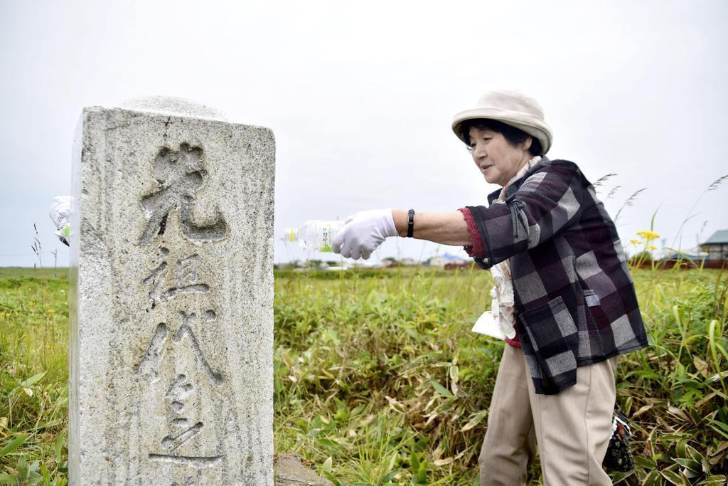 北方領土・国後島の泊墓地を訪れた松尾スヱさん=10日