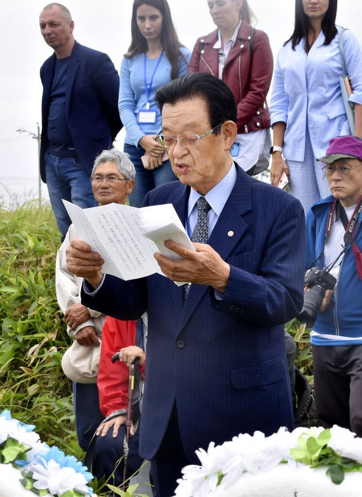 北方領土・国後島の泊墓地での慰霊式で、追悼の言葉を読み上げる大塚小弥太団長=10日